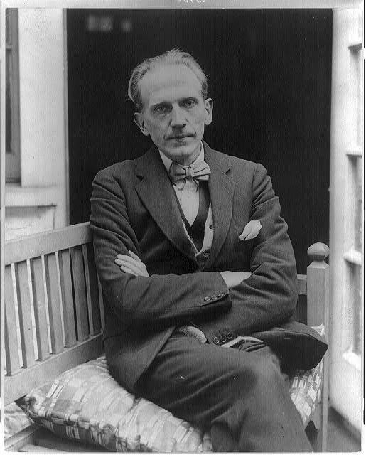 A.A. Milne - portret Źródło: domena publiczna.