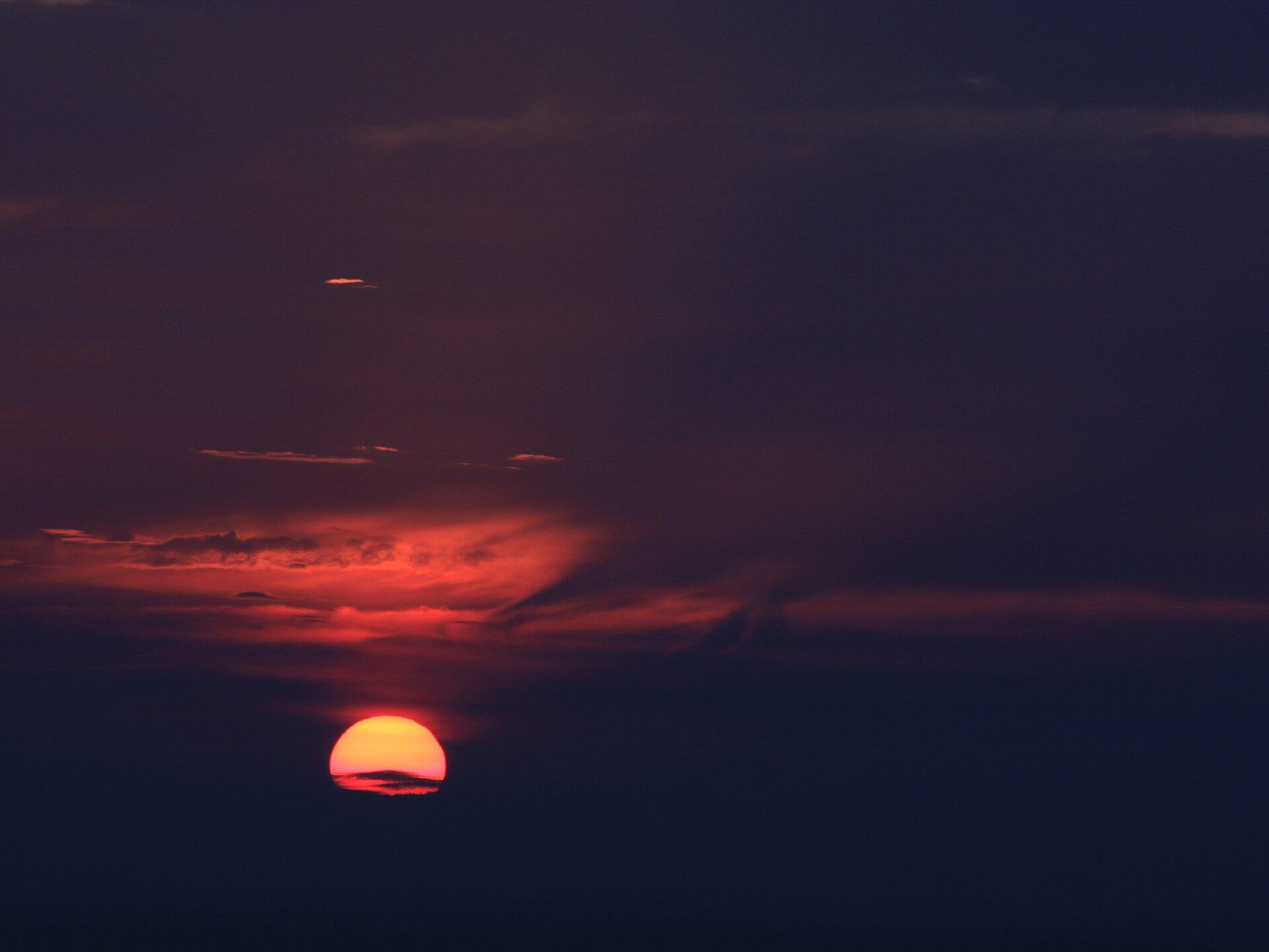 Zachód słońca Źródło: Zachód słońca, fotografia barwna, domena publiczna.