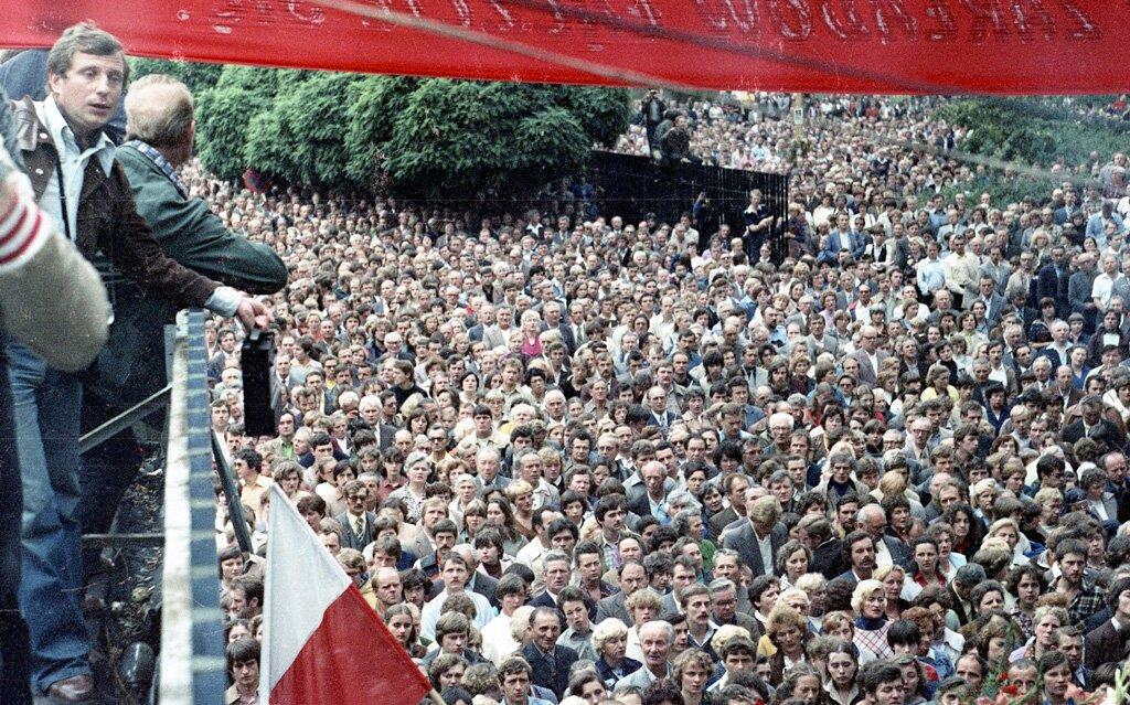 Strajk wsierpniu 1980 wStoczni Gdańskiej im. Lenina Strajk wsierpniu 1980 wStoczni Gdańskiej im. Lenina Źródło: Zygmunt Błażek, licencja: CC BY-SA 3.0.