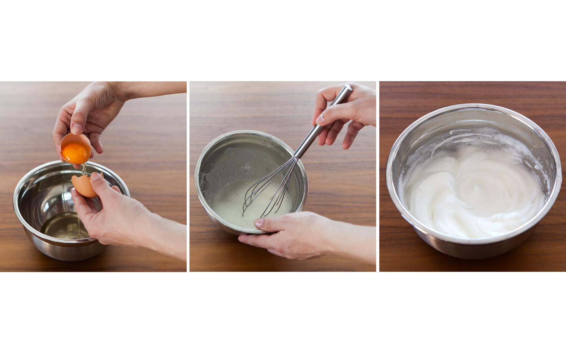 Ilustracja prezentuje trzy zdjęcia umieszczone obok siebie. Na pierwszym od lewej widać metalową miseczkę stojącą na drewnianym blacie stołu oraz ręce wlewające do miseczki białko zjajka. Środkowe zdjęcie prezentuje czynność ubijania białek na pianę za pomocą ręcznej trzepaczki. Na czwartym zdjęciu znajduje się ta sama metalowa miska wypełniona gotową pianą.