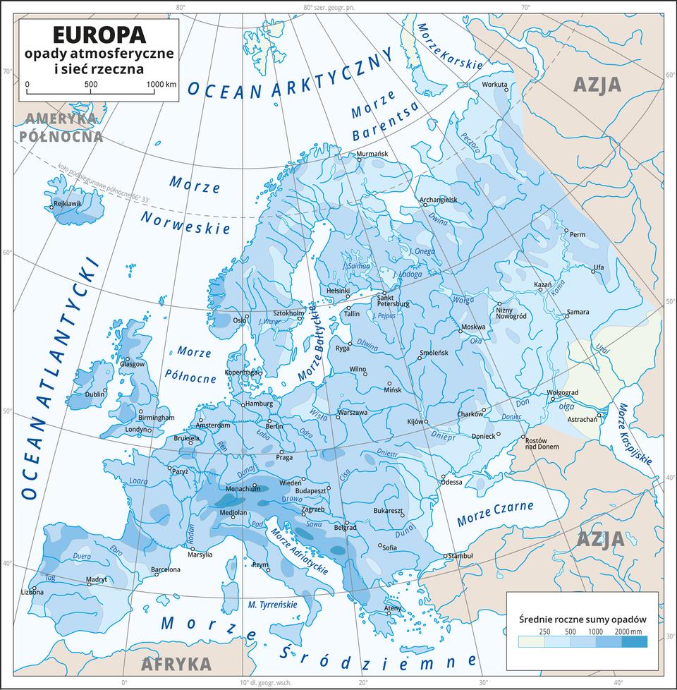 Ilustracja przedstawia mapę Europy. Na mapie przedstawiono iopisano sieć rzeczną. Nasyceniem odcieni koloru niebieskiego przedstawiono średnie roczne sumy opadów. Kolor najciemniejszy (2000 milimetrów) nad Morze Adriatyckim iOceanem Atlantyckim. Kolor najjaśniejszy (poniżej 250 milimetrów) wkierunku południowo-wschodnim. Kropkami zaznaczono miasta główne miasta. Mapa zawiera siatkę kartograficzną, dookoła mapy wbiałej ramce opisano współrzędne geograficzne co dziesięć stopni.