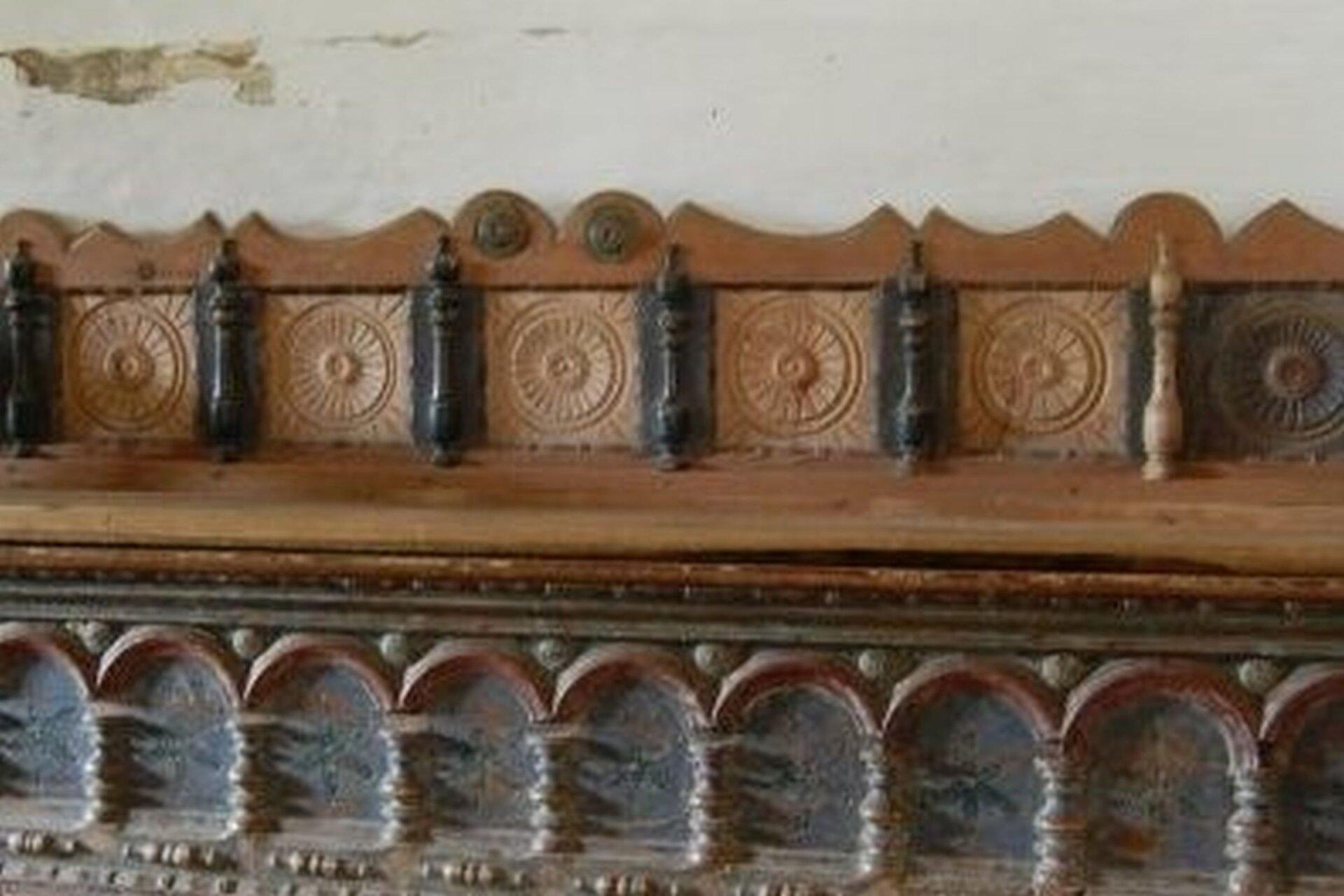 Ilustracja przedstawia ozdobną ławę zalkierza. Dolne zdobienie to motyw arkadkowy zkolumnami. Góra natomiast to kilka kwadratowych pól, wewnątrz których wyrzeźbione są rozety. Kwadraty rozdzielone są kolumienkami.