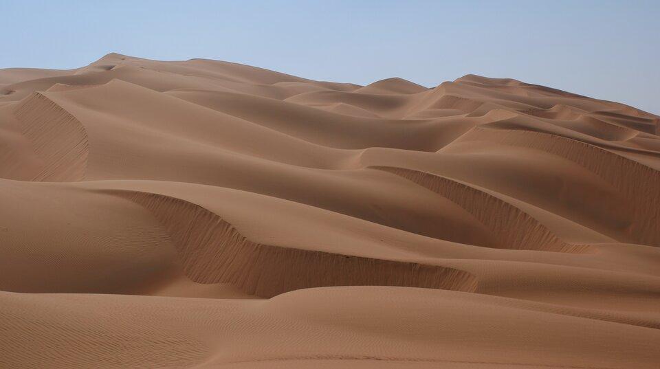 Na zdjęciu piaszczyste wydmy na pustyni.