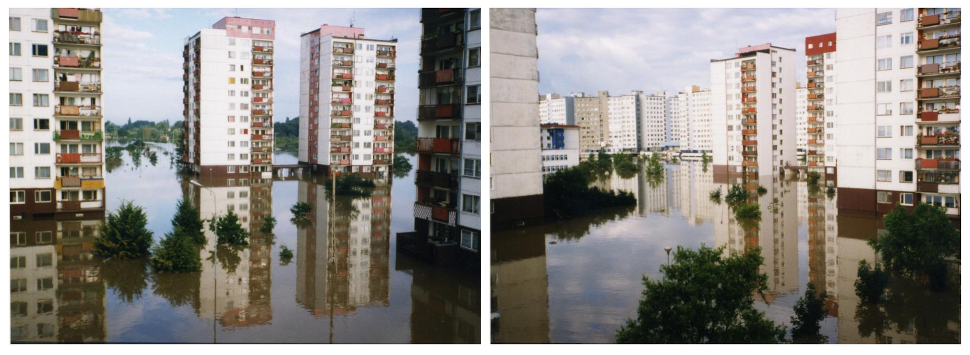 Ilustracja zawiera dwa zdjęcia przedstawiające miasto podczas powodzi na przykładzie Wrocławia latem tysiąc dziewięćset dziewięćdziesiątego siódmego roku. Oba zdjęcia przedstawiają to samo miejsce zróżnych ujęć. Słoneczny dzień, osiedle bloków zwielkiej płyty. Zdjęcie po lewej stronie ma na pierwszym planie zalane trawniki iścieżki na osiedlu miejskim. Nad powierzchnią wody widoczne zielone korony drzew. Na lewo wysoki dziesięciopiętrowy blok. Wtle dwa takie same bloki. Na prawo widoczny fragment czwartego bloku. Wtle domy idrzewa. Prawe zdjęcie pokazuje na pierwszym planie zalane trawniki idrzewa. Nad powierzchnią wody widoczne tylko korony drzew. Wtle osiedle wysokich dziesięciopiętrowych bloków. Bloki gęsto zabudowane obok siebie. Na lewym iprawym zdjęciu bloki pomalowane na biało. Wwodzie odbicia bloków ibiałych chmur. Woda sięga do balkonów na parterze budynków.