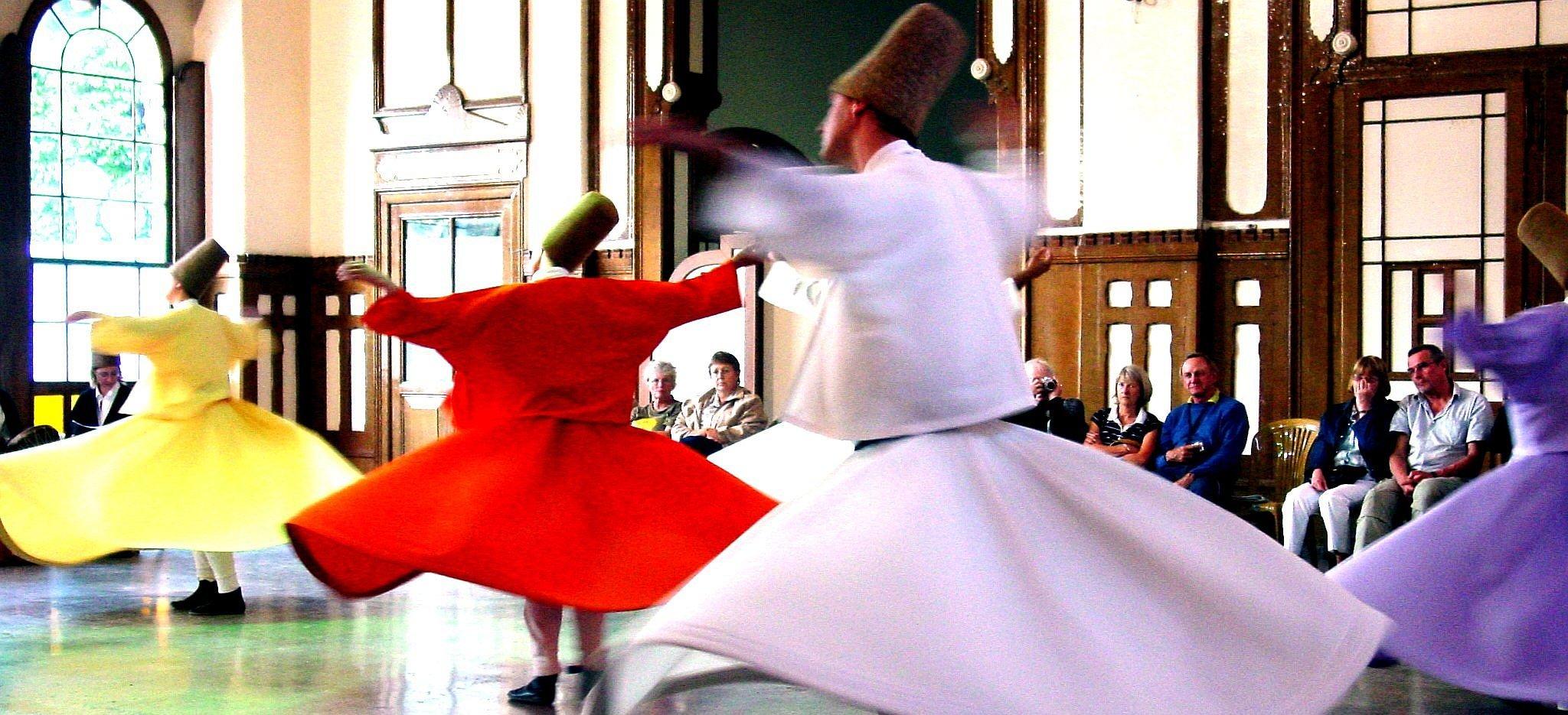 Tańczący derwisze Tańczący derwisze Źródło: Vladimer Shioshvili, licencja: CC BY-SA 2.0.