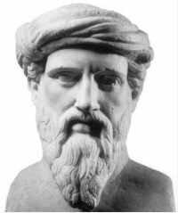 Zdjęcie przedstawia kamienne popiersie Pitagorasa. Mężczyzna wwieku ok. 50 lat. Góra głowy owinięta jasną szatą. Nos długi, prosty. Wąsy długie, broda długa, gęsta.