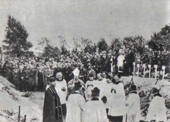 Ofiarom zamachu urządzono na polecenie Piłsudskiego wspólny pogrzeb Ofiarom zamachu urządzono na polecenie Piłsudskiego wspólny pogrzeb Źródło: domena publiczna.