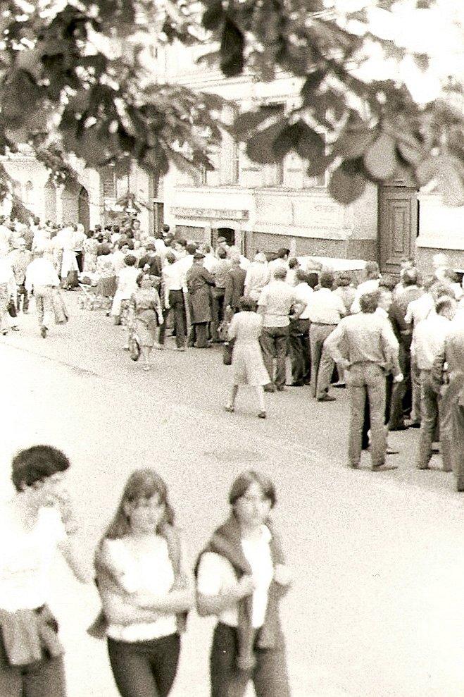 Kolejka po zakupy wWarszawie Kolejka po zakupy wWarszawie Źródło: Bente Jensen, 1981, licencja: CC BY-SA 2.0.