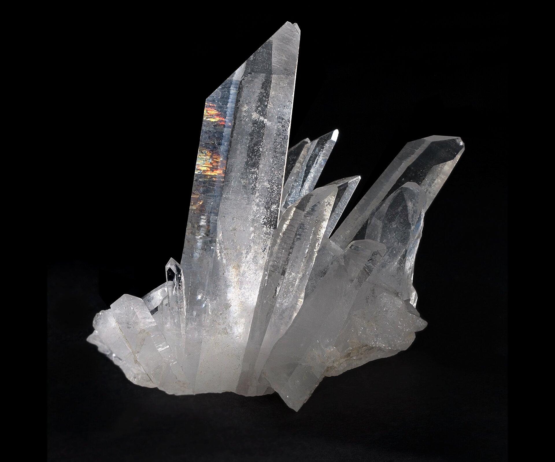 Na zdjęciu minerał. Jest to kwarc. Jest przezroczysty, bezbarwny. Kryształy wpostaci sześciobocznych słupów.