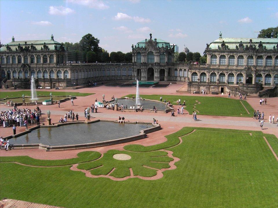 Dziedziniec pałacu Zwinger wDreźnie Dziedziniec pałacu Zwinger wDreźnie Źródło: Ingersoll, domena publiczna.