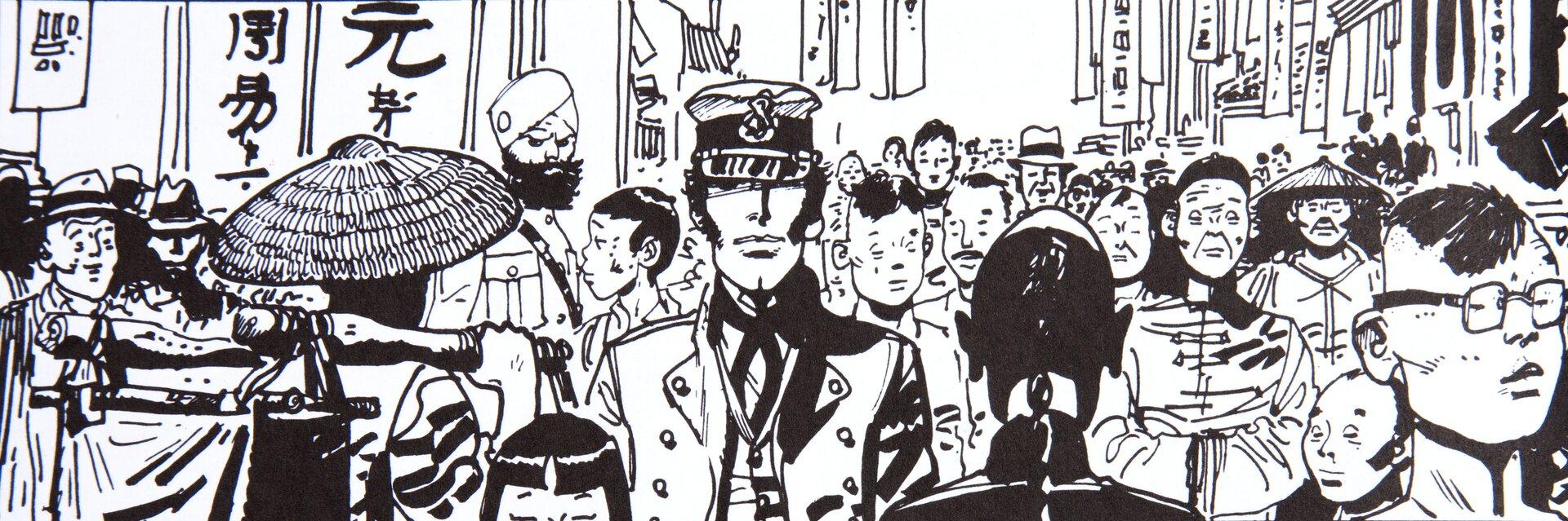 """Ilustracja przedstawia scenę zkomiksu Hugo Pratta """"Corto Maltese. Na Syberii"""". Na czarno – białym rysunku widać ludzi idących zatłoczoną ulicą. Wtłumie można odnaleźć ludzi różnej narodowości irasy – białych, żółtych, ubranych wstroje europejskie, azjatyckie. Najprawdopodobniej jest to Hong Kong. Na pierwszym planie widzimy mężczyznę, głównego bohatera - Corto Maltese."""