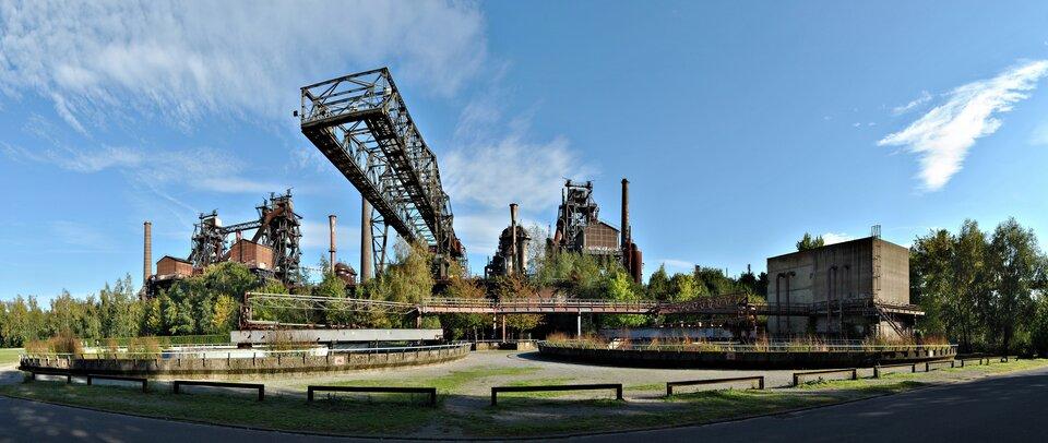 Na zdjęciu zabudowania przemysłowe wśród zieleni.