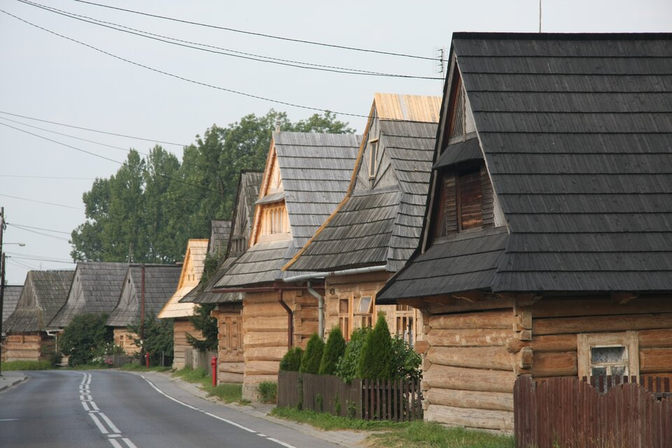 Na zdjęciu góralskie chaty zdrewnianych bali kryte gontem.