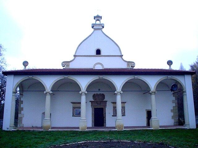 Dwór wKsiążu Wielkim – pawilon boczny Dwór wKsiążu Wielkim – pawilon boczny Źródło: Wikimedia Commons, licencja: CC BY-SA 3.0.