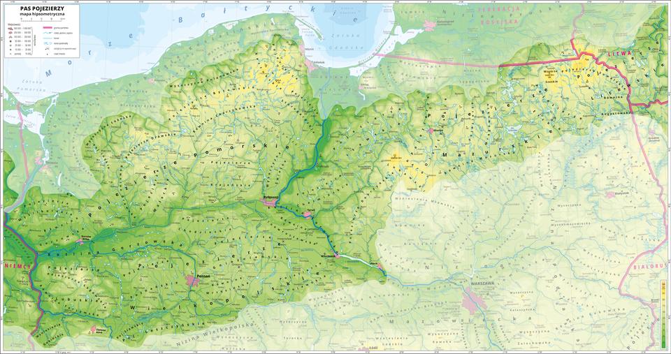 Ilustracja przedstawia mapę fragmentu Polski: mapę hipsometryczną Pojezierzy. Treść niedotyczącą pasa Pojezierzy została zamglona. Na mapie dominuje kolor zielony. Oznaczono iopisano miasta, rzeki, jeziora iszczyty. Opisano niziny, pojezierza imniejsze krainy geograficzne, morze, zalewy iwyspy. Opisano państwa sąsiadujące zPolską. Czerwoną wstążko zaznaczono granice państw. Dookoła mapy wbiałej ramce opisano współrzędne geograficzne co trzydzieści minut. Wlegendzie opisano znaki użyte na mapie.
