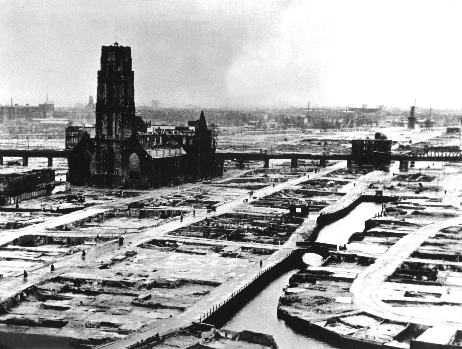 Rotterdampo niemieckim nalocie dywanowym wmaju 1940 roku Rotterdampo niemieckim nalocie dywanowym wmaju 1940 roku Źródło: domena publiczna.