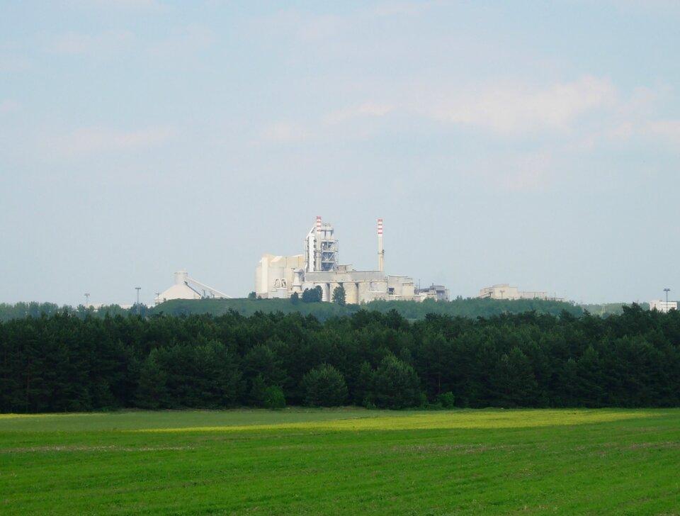 Na zdjęciu zabudowania przemysłowe. Na pierwszym planie pole ilas.