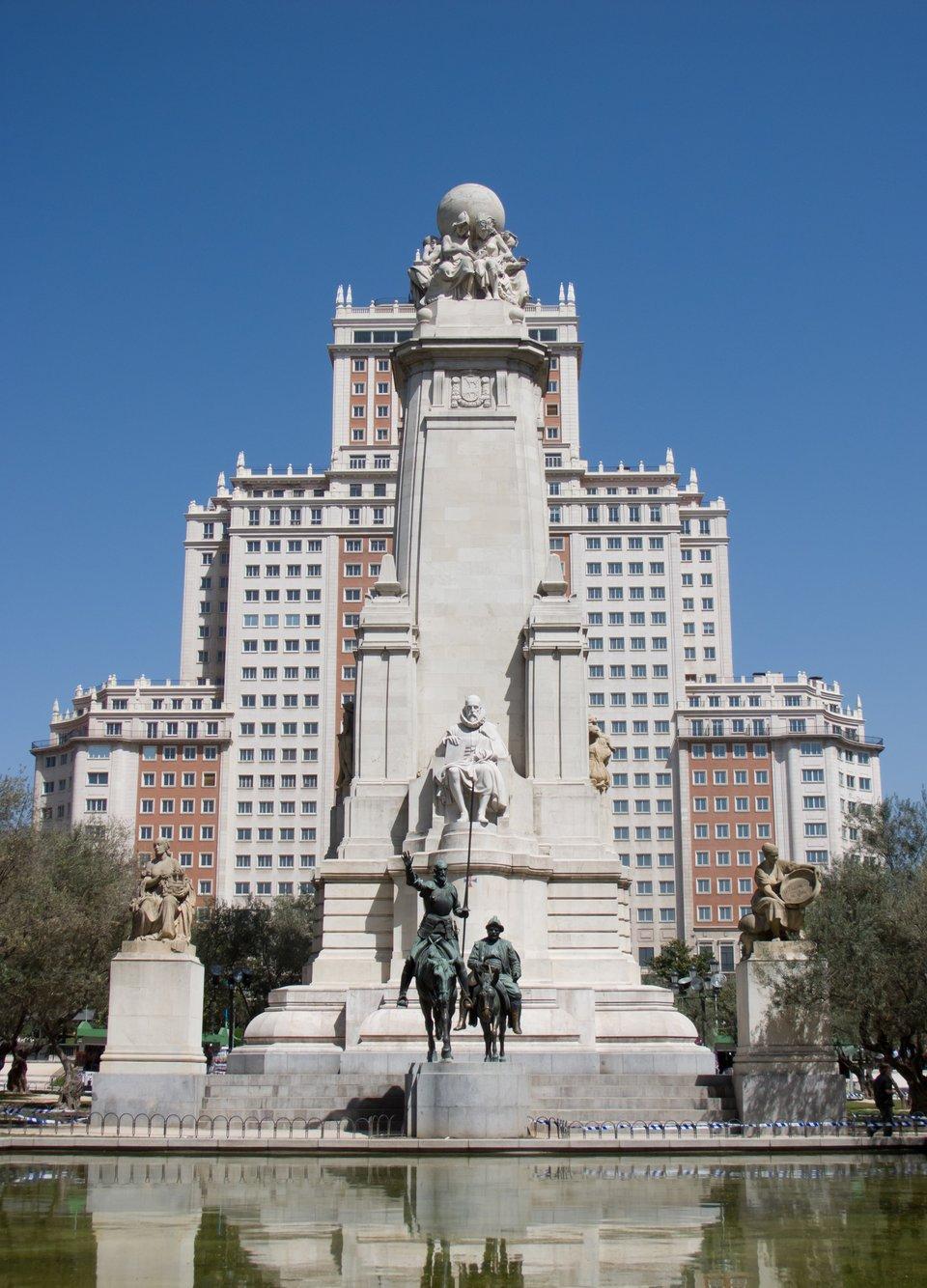 Cervantes – pomnik wMadrycie – całość zprzodu widać postaci Don Kichota iSancho Pansy fragmen