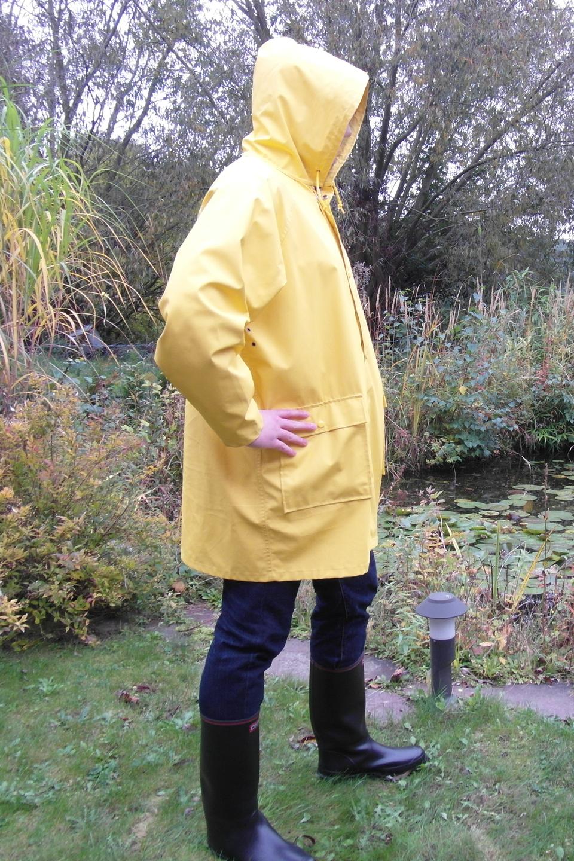 Fotografia przedstawia człowieka ubranego wkurtkę przeciwdeszczową - przydatną podczas wycieczki terenowej.