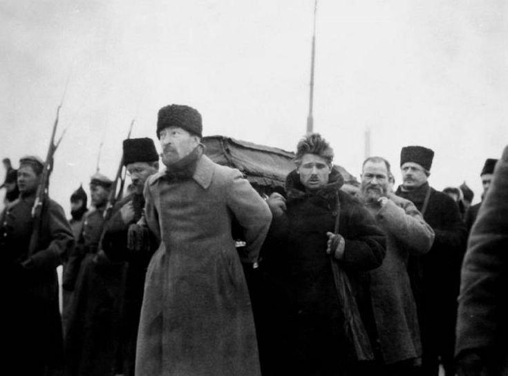 Pogrzeb Lenina.Trumnę Lenina niesie m.in. Feliks Dzierżyński (z przodu) Pogrzeb Lenina.Trumnę Lenina niesie m.in. Feliks Dzierżyński (z przodu) Źródło: domena publiczna.