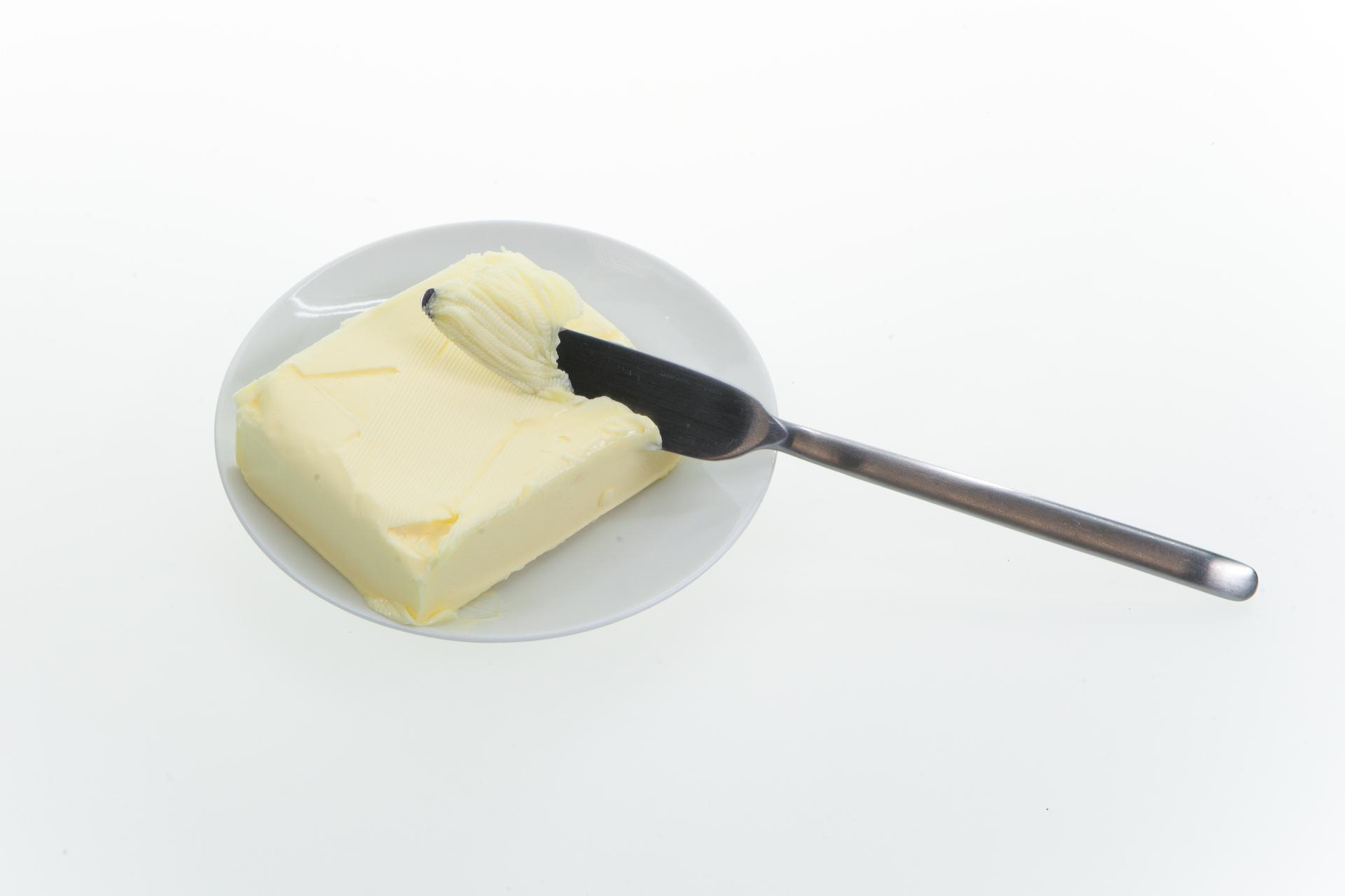 Galeria przedstawiająca: dwie szklanki mleka, majonez wnaczyniu, kostkę masła, opakowanie kremu, osobę znałożonym na twarz kremem