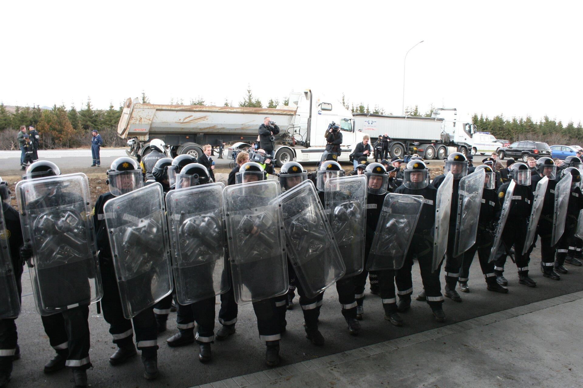 Zwarty szyk policji