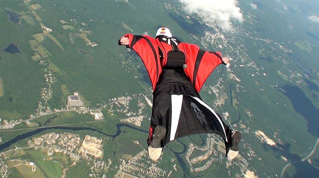 Wingsuit Źródło: Richard Schneider, licencja: CC BY 2.0.