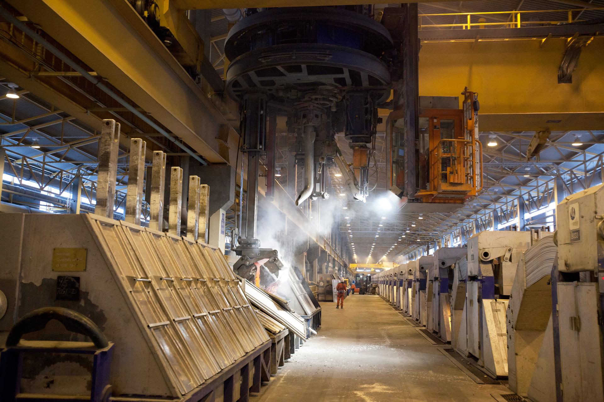 Zdjęcie elektrolizera, wielkiego urządzenia fabrycznego, wktórym prowadzona jest elektroliza tlenku glinu na skalę przemysłową.