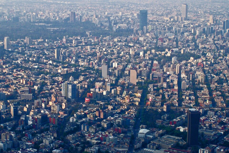 Na zdjęciu lotniczym bardzo gęsta, wysoka zabudowa miejska.