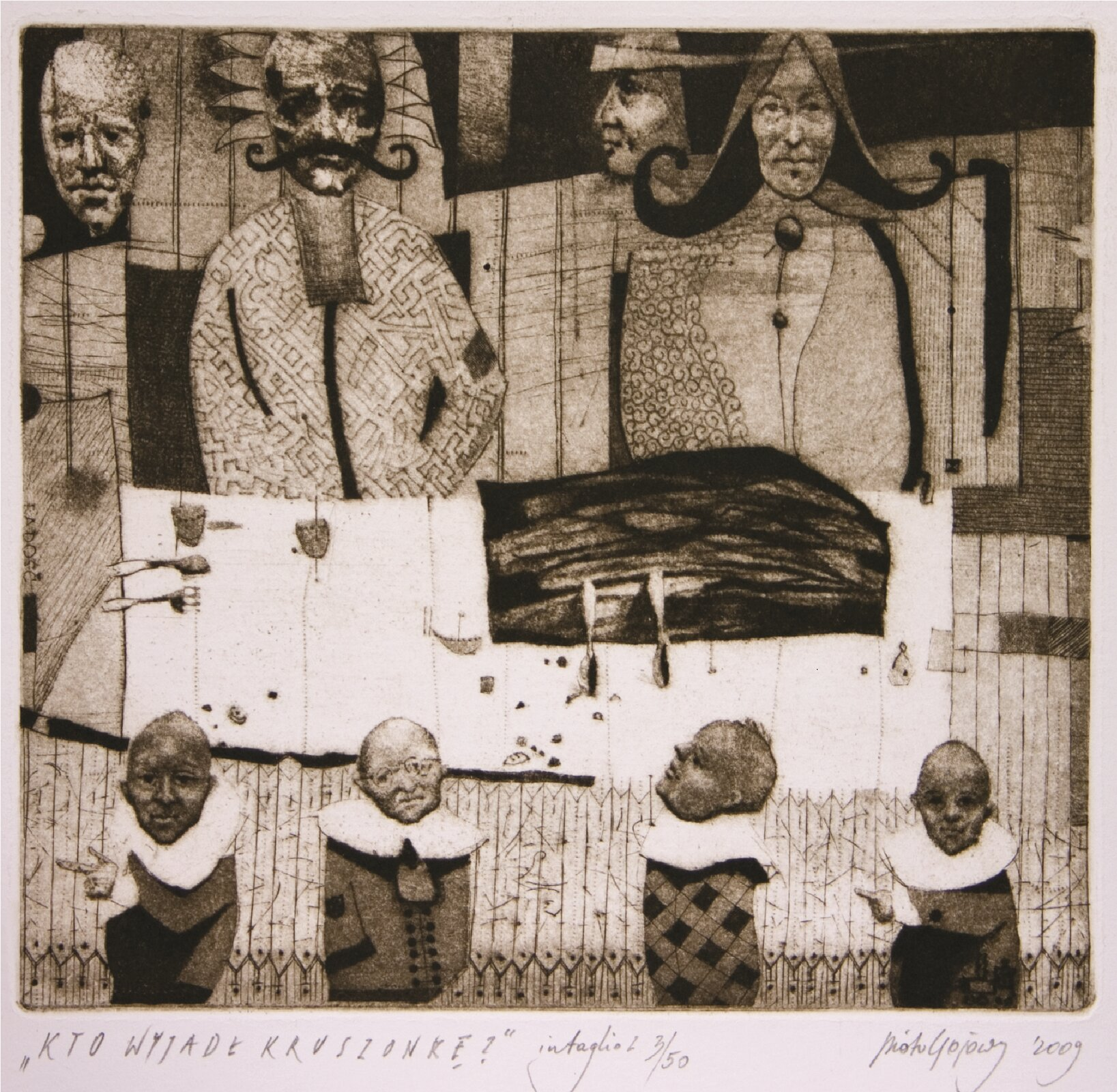 """Ilustracja przedstawia grafikę """"Kto wyjadł kruszonkę"""" autorstwa Piotra Gojowego. Artysta przy pomocy prostych plam, linii iwzorków stworzył wielopostaciową kompozycję statyczną. Dzieło ukazuje stół zobrusem wpostaci białego prostokąta zumieszczonymi na nim sztućcami, kieliszkami oraz ciemnym, prostokątnym kształtem ciasta. Wokół stołu siedzą postacie zsyntetycznie ujętymi tułowiami, jedynie głowy zostały ukazane przez artystę zwiększym realizmem. Zprzodu znajdują się małe figurki bobasów otwarzach starców zdużymi, białymi kołnierzami. Za stołem siedzą wysokie postacie kobiety imężczyzny. Wtle, artysta umieścił zawieszone wprzestrzeni głowy. Surowy rysunek sepiowej grafiki połączony ze smutkiem rysującym się na twarzach postaci, tworzy pełną napięcia, ciężką atmosferę przedstawionej sceny. Dzieło zostało wykonana wtechnice druku wklęsłego."""