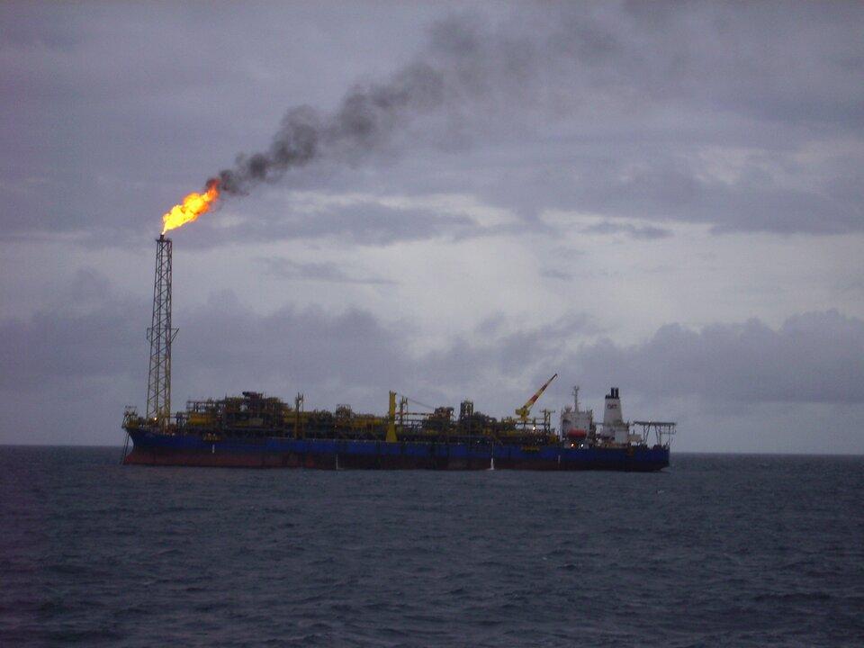 Na zdjęciu statek na morzu, na statku wysoki szyb, zszybu wydobywa się ogień.