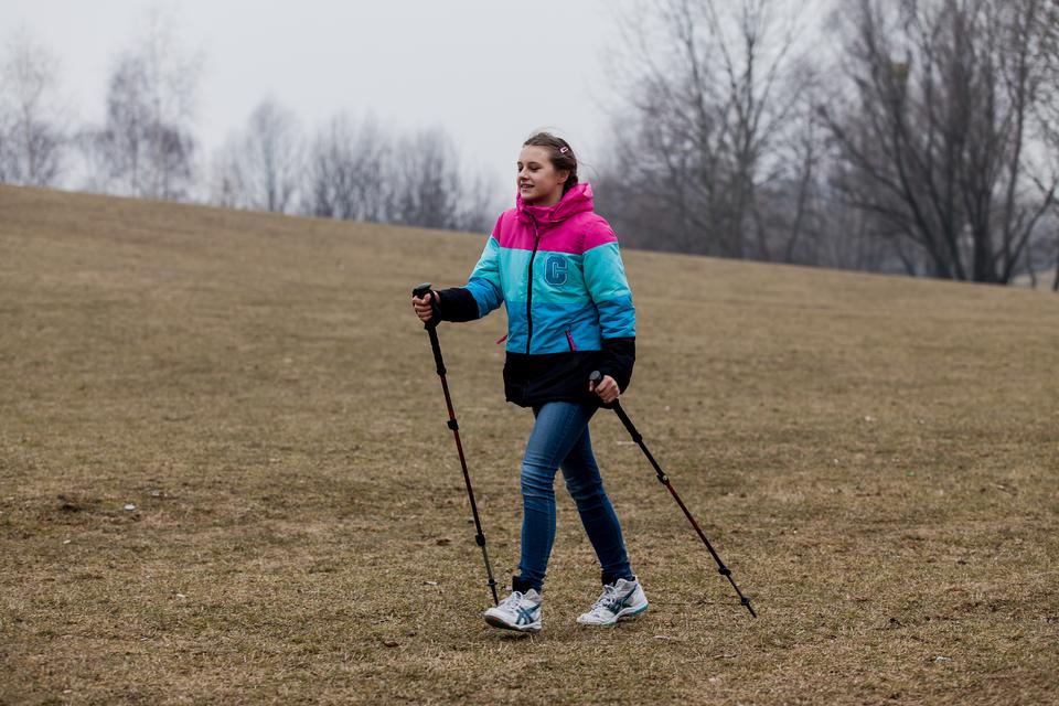 Pokaz slajdów składający się zserii fotografii, na każdej przedstawione jest dziecko lub grupa dzieci uprawiających sport lub podejmujących wysiłek fizyczny: nordic walking.