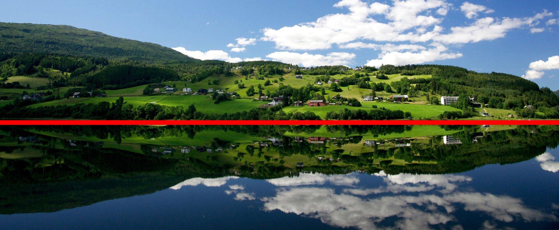 Zdjęcie wzniesienia iodbicia tego wzniesienia zpoprowadzoną osią symetrii.