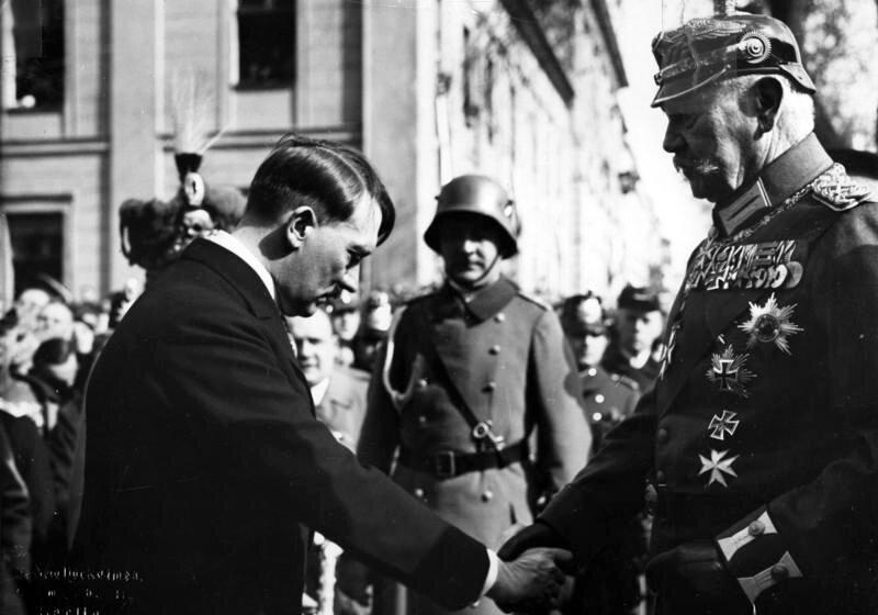 Spotkanie Adolfa Hitlera zprezydentem RzeszyPaulem von Hindenburgiem Spotkanie Adolfa Hitlera zprezydentem RzeszyPaulem von Hindenburgiem Źródło: Theo Eisenhart, Bundesarchiv, Bild 183-S38324, licencja: CC BY-SA 3.0.