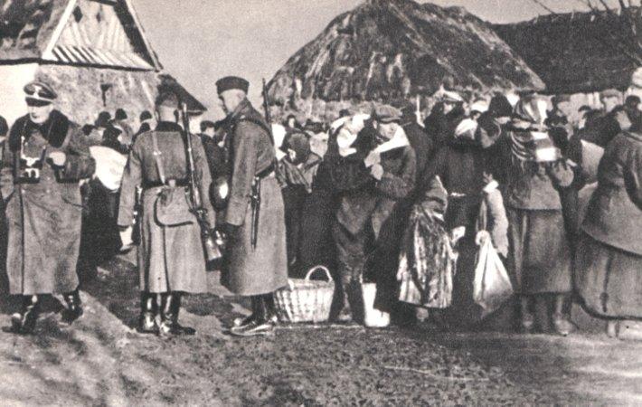 Polscy rolnicy wysiedlani zgospodarstw przez SS. Zamojszczyzna Źródło: Polscy rolnicy wysiedlani zgospodarstw przez SS. Zamojszczyzna, Fotografia, domena publiczna.