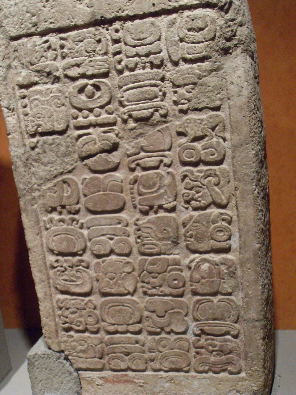 na zdjęciu przedstawiony jestkamień zpismem Majów