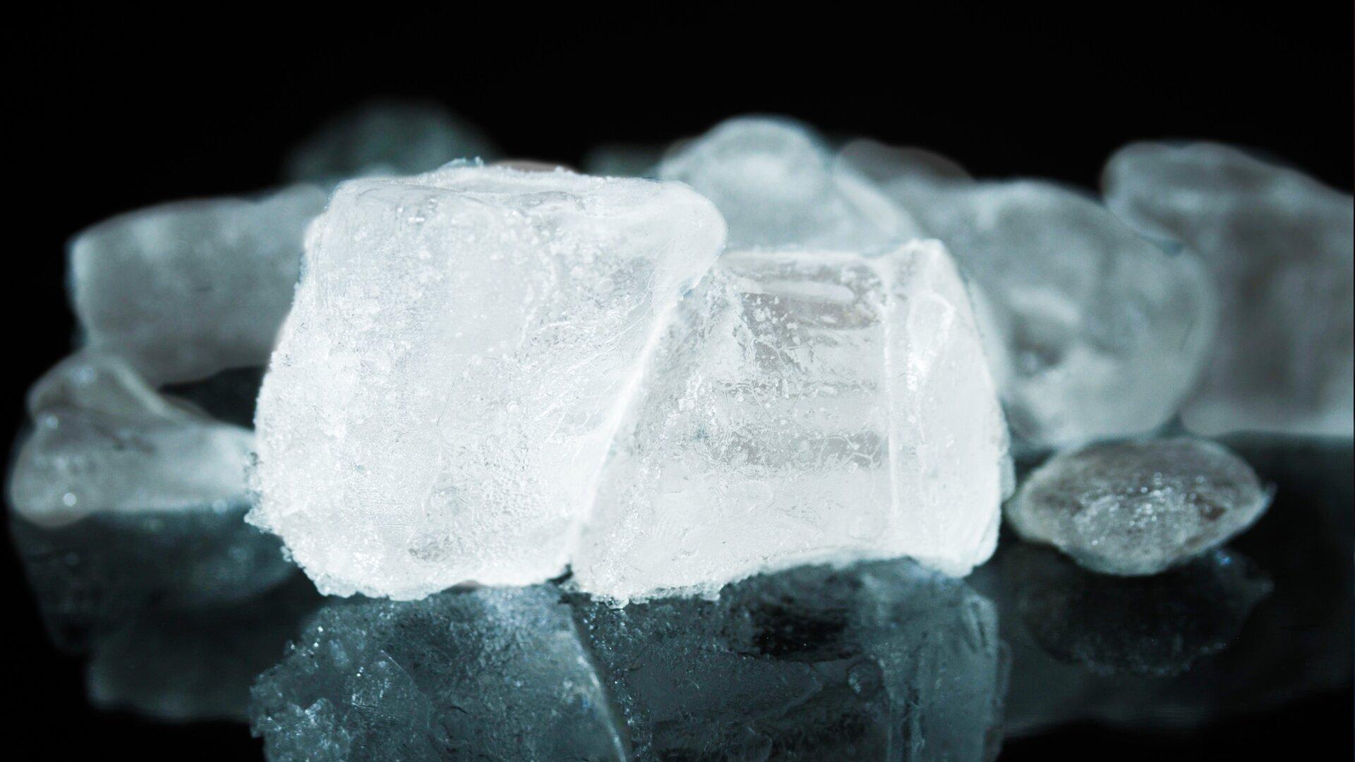 Ilustracja przedstawia diament, który jest odmianą alotropową węgla.