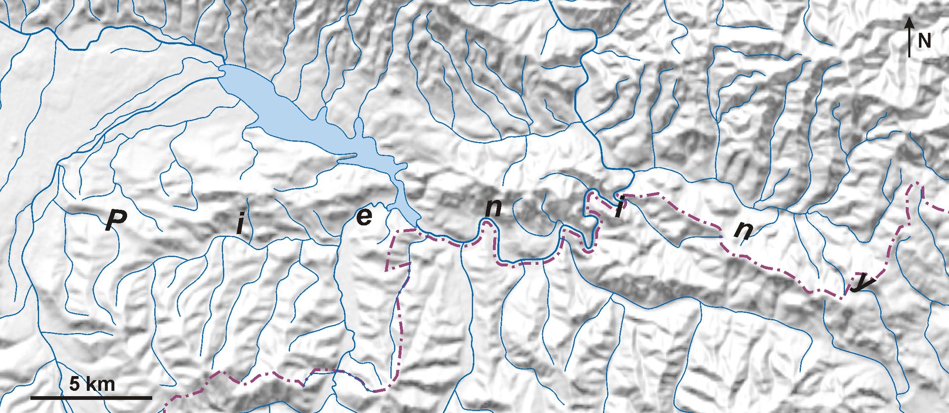 Ilustracja przedstawia mapę, wktórej rzeźba zobrazowana jest metodą cieniowania. Mapa obejmuje góry Pieniny. Mapa wkształcie poziomo ułożonego prostokąta. Kolor niebieski wskazuje zbiorniki wodne. Zbiornik wkształcie wydłużonej elipsy po lewej stronie mapy to jezioro wgórach. Od jeziora rozchodzą się niebieskie kreski. To rzeki. Cała powierzchnia mapy jest jasna. Plastyczność terenu jest przedstawiona za pomocą odpowiednio zacieniowanych zboczy gór. Im wyższe wzniesienie tym cień jest ciemniejszy. Zacienione są południowo-wschodnie zbocza, aoświetlone północno-zachodnie. Powoduje to wrażenie mocno pofałdowanego terenu. Najwyższe szczyty gór znajdują się wgórnej części mapy. Dolna część mapy jest jaśniejsza irobi wrażenie mniej pofałdowanej. Koryta rzek rozgałęziają się wdolinach.