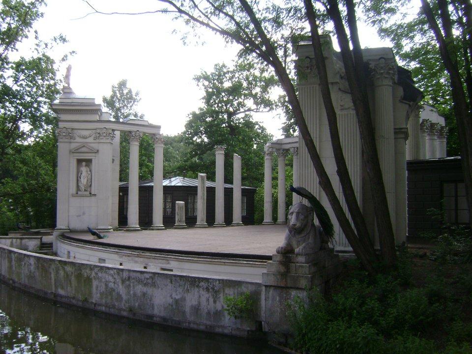 Łazienki: Amfiteatr Łazienki: Amfiteatr Źródło: Albertyanks, Wikimedia Commons, licencja: CC BY-SA 3.0.