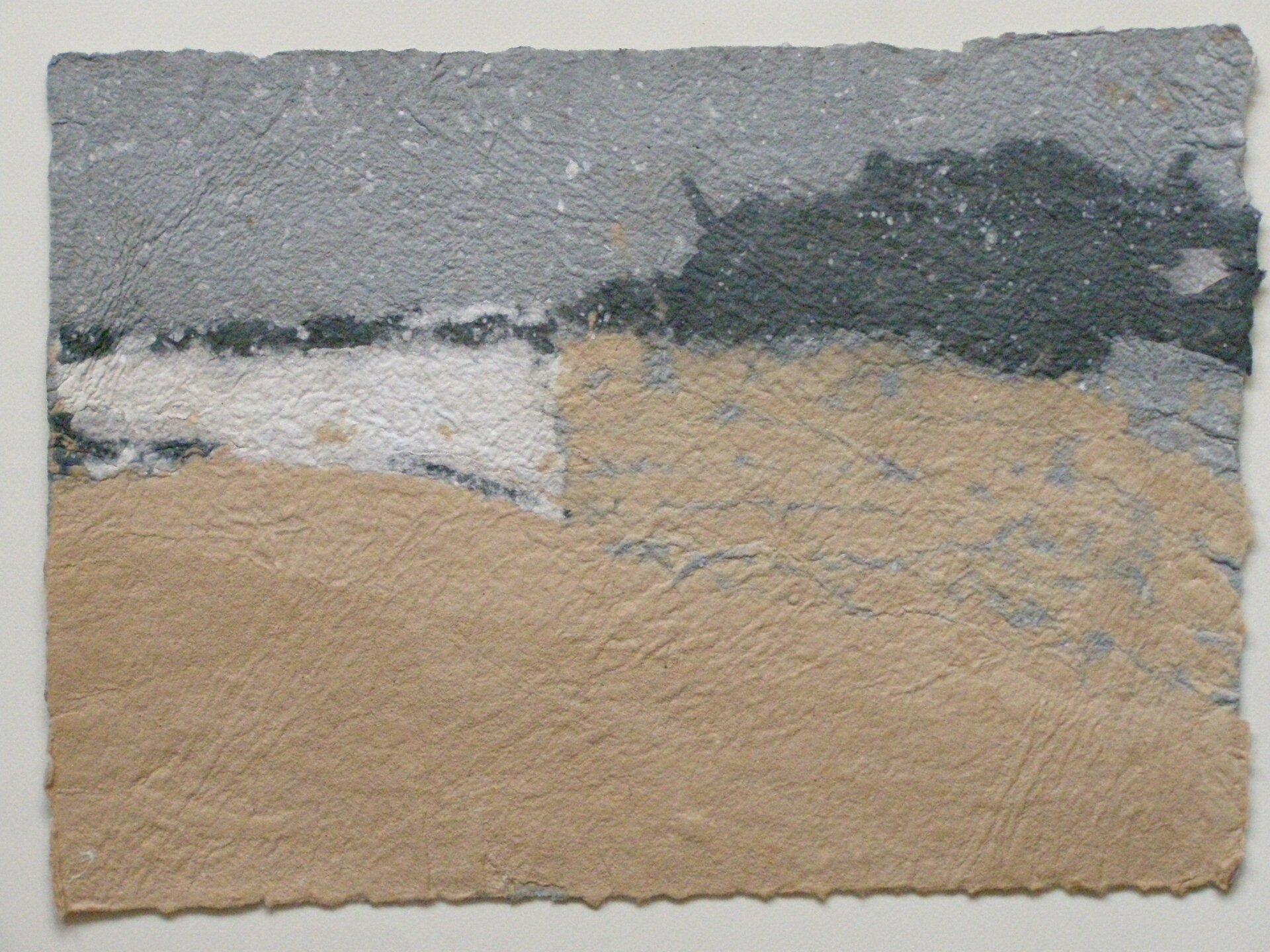 """Ilustracja przedstawia obraz """"Schersbeerg VI"""" autorstwa Barbary Kaczorowskiej. Wykonana wtechnice papieru czerpanego praca balansuje na pograniczu abstrakcji ifiguracji. Pomarszczona powierzchnia papieru oposzarpanych brzegach podzielona jest na kilka płaszczyzn. Duł wypełnia jasny beż, wktóry wdziera się  po lewej stronie biały, nieregularny prostokąt. Nad nimi, ugóry kompozycji przebiega wąski pas szarości. Górną partię od dolnej oddziela nieregularna linia ciemnego, szarego koloru, która po prawej stronie rozszerza się tworząc poszarpaną plamę. Cała kompozycja przypomina pejzaż zbrązową ziemią na dole, szarym niebem ugóry iciemną linią drzew pomiędzy nimi. Praca została wykonana wchłodnej, wąskiej gamie barw, ograniczonej jedynie do beżu, szarości ibieli.."""