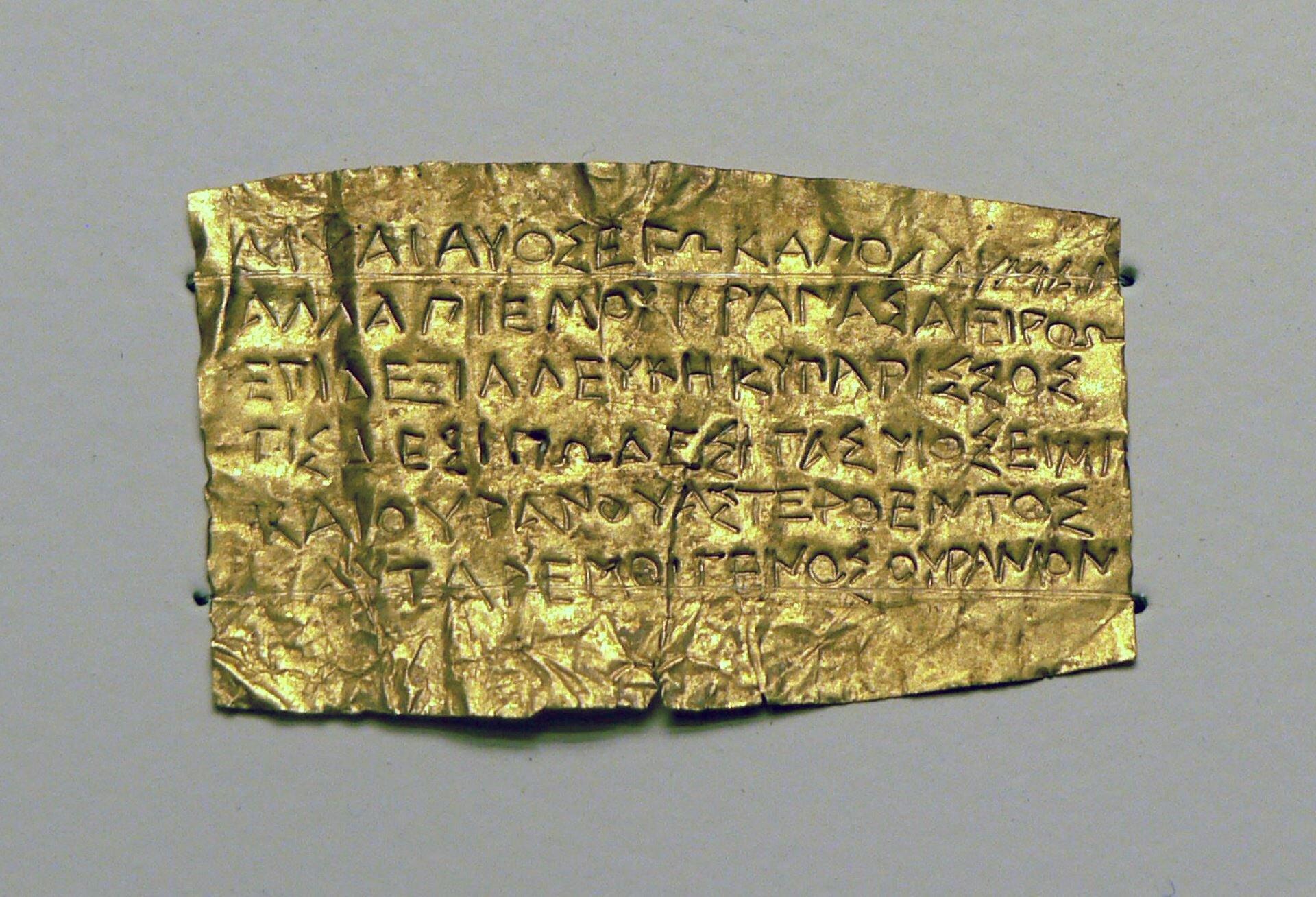 Fotografia przedstawia złotą tabliczkę orficka.