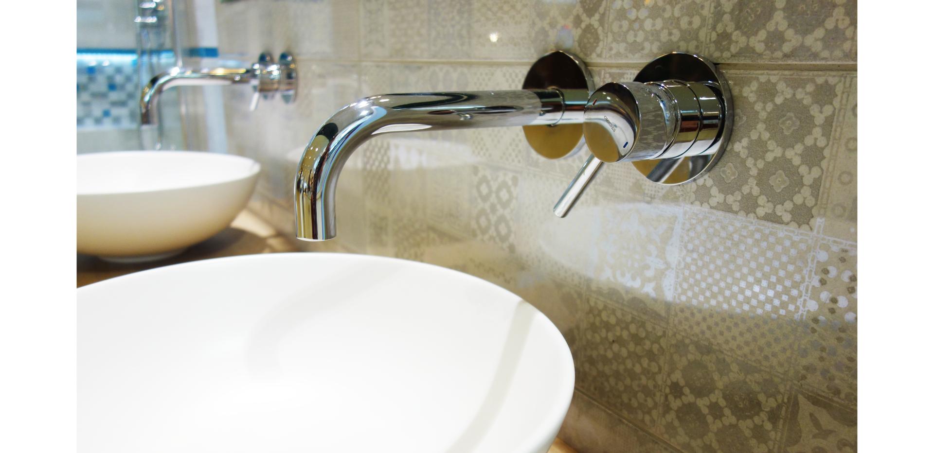 Ilustracja przedstawia baterię umywalkową ścienną jednouchwytową podtynkową.