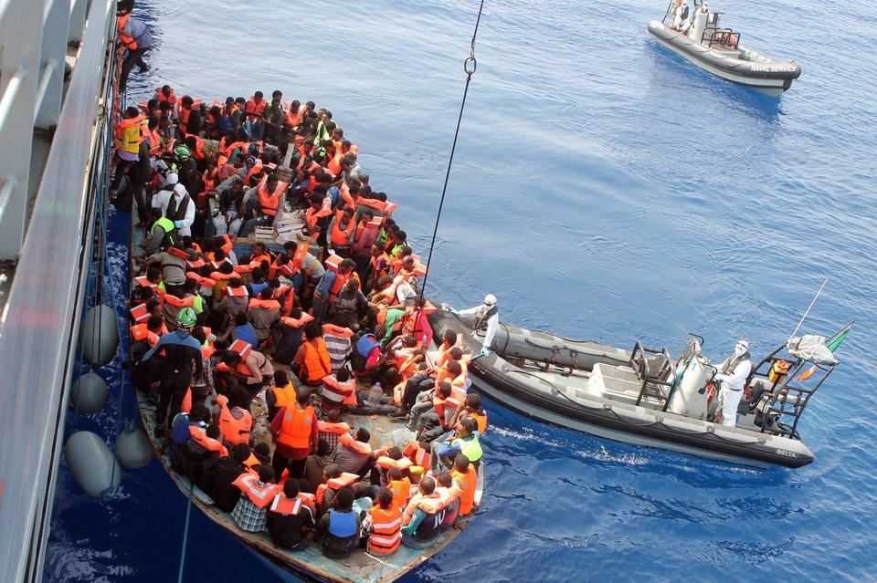 Uchodźcy uwybrzeży Włoch Uchodźcy uwybrzeży Włoch Źródło: Irish Defence Forces, licencja: CC BY 2.0.