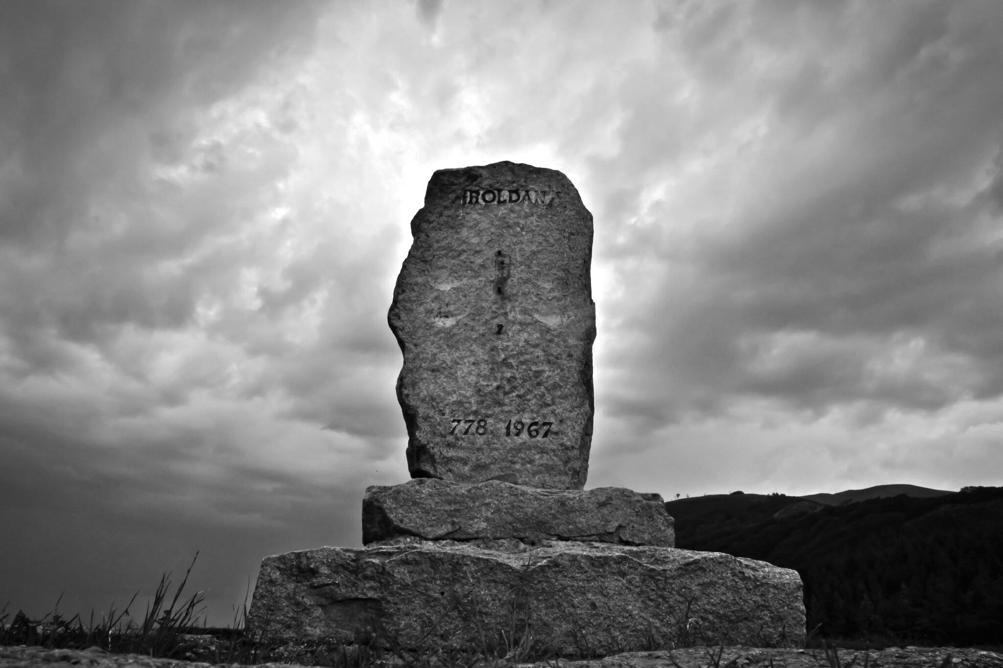 Przełęcz Roncevaux Pomnik upamiętniający bitwę stoczoną tu15 sierpnia 778 roku Źródło: Euskalduna, Przełęcz Roncevaux, fotografia barwna, licencja: CC BY-SA 3.0.