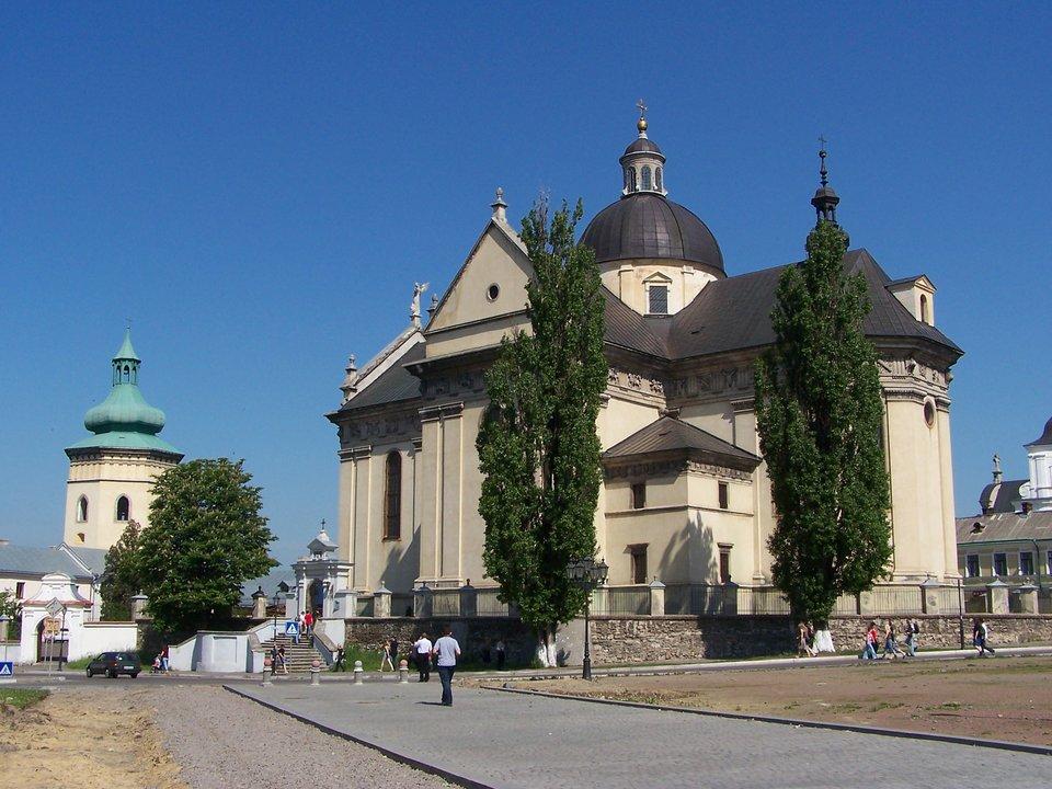 Żółkiew – widok zRynku na kościół katolicki Żółkiew – widok zRynku na kościół katolicki Źródło: Jan Mehlich, Wikimedia Commons, licencja: CC BY-SA 3.0.