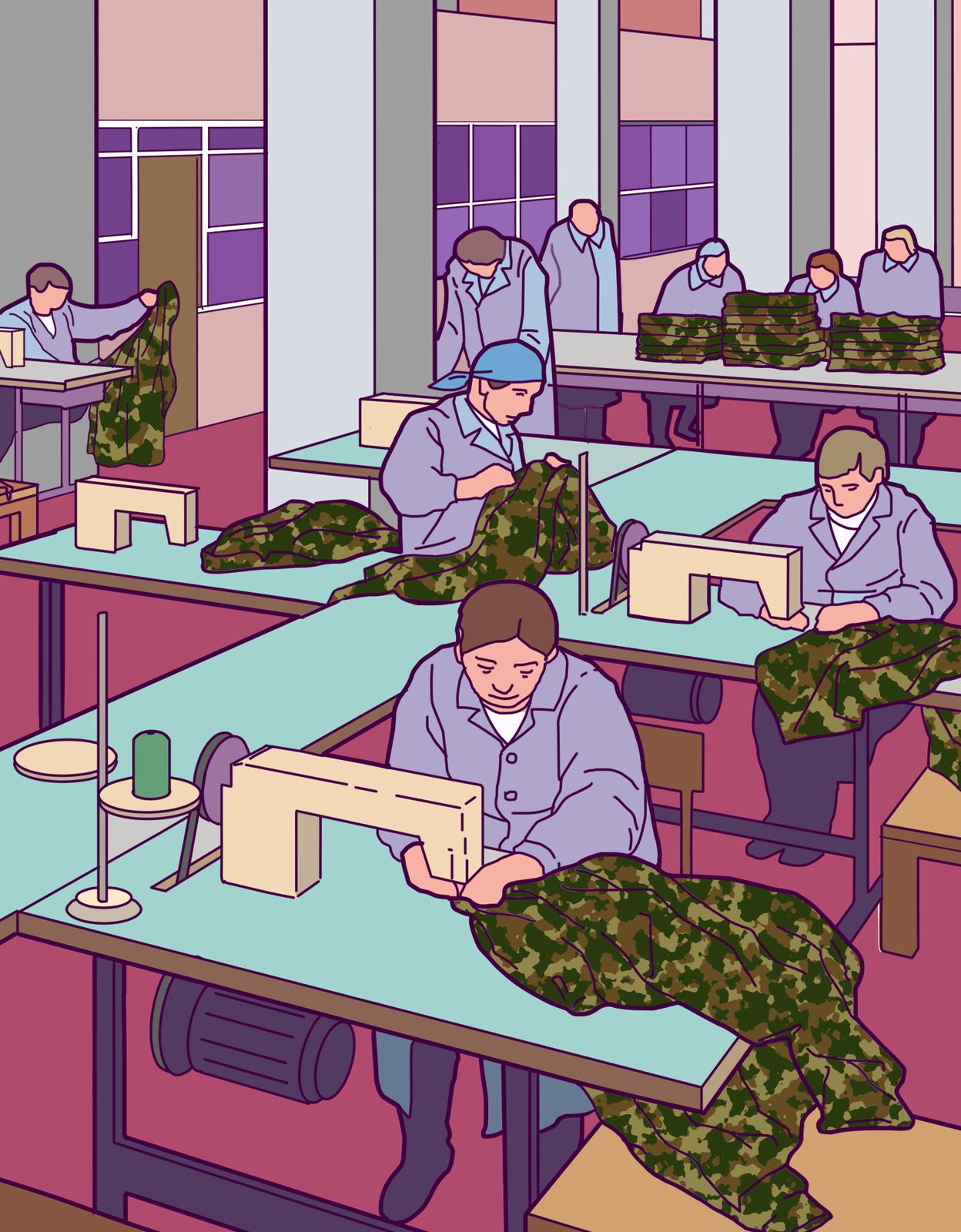 Kolorowa ilustracja przedstawia wnętrze zakładu produkcyjnego. Whali produkcyjnej ustawione są maszyny do szycia. Przy każdym stole zmaszyną do szycia kobieta szyje mundury wojskowe. Wgłębi hali stół. Na stole ułożone wstos mundury.