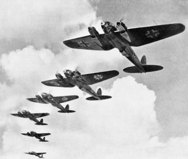Niemieckie bombowce Heinkel He 111 Niemcy stracili bliskopołowę swoich maszyn użytych wbitwie oAnglię Źródło: Niemieckie bombowce Heinkel He 111, Fotografia, Imperialne Muzeum Wojny, domena publiczna.