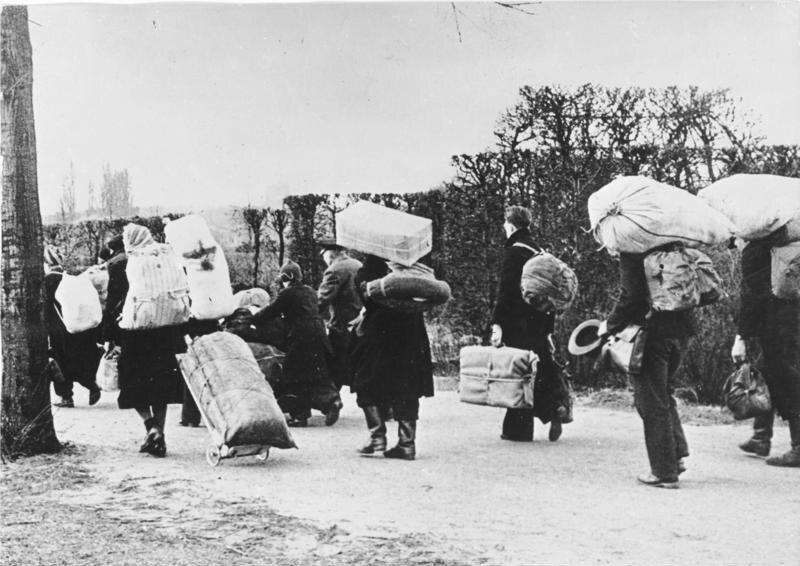 Wzwiązku zustaleniem granicy polsko-niemieckiej na Odrze iNysie Łużyckiej wielu Niemców musiało opuścić swoje domy. Najbliżej mieli do sowieckiej strefy okupacyjnej. Zdjęcie przedstawia wysiedleńców ze Śląska w1945 r. Z jakich innych terenów obywatele niemieccy zostali przesiedleni do alianckich stref okupacyjnych?