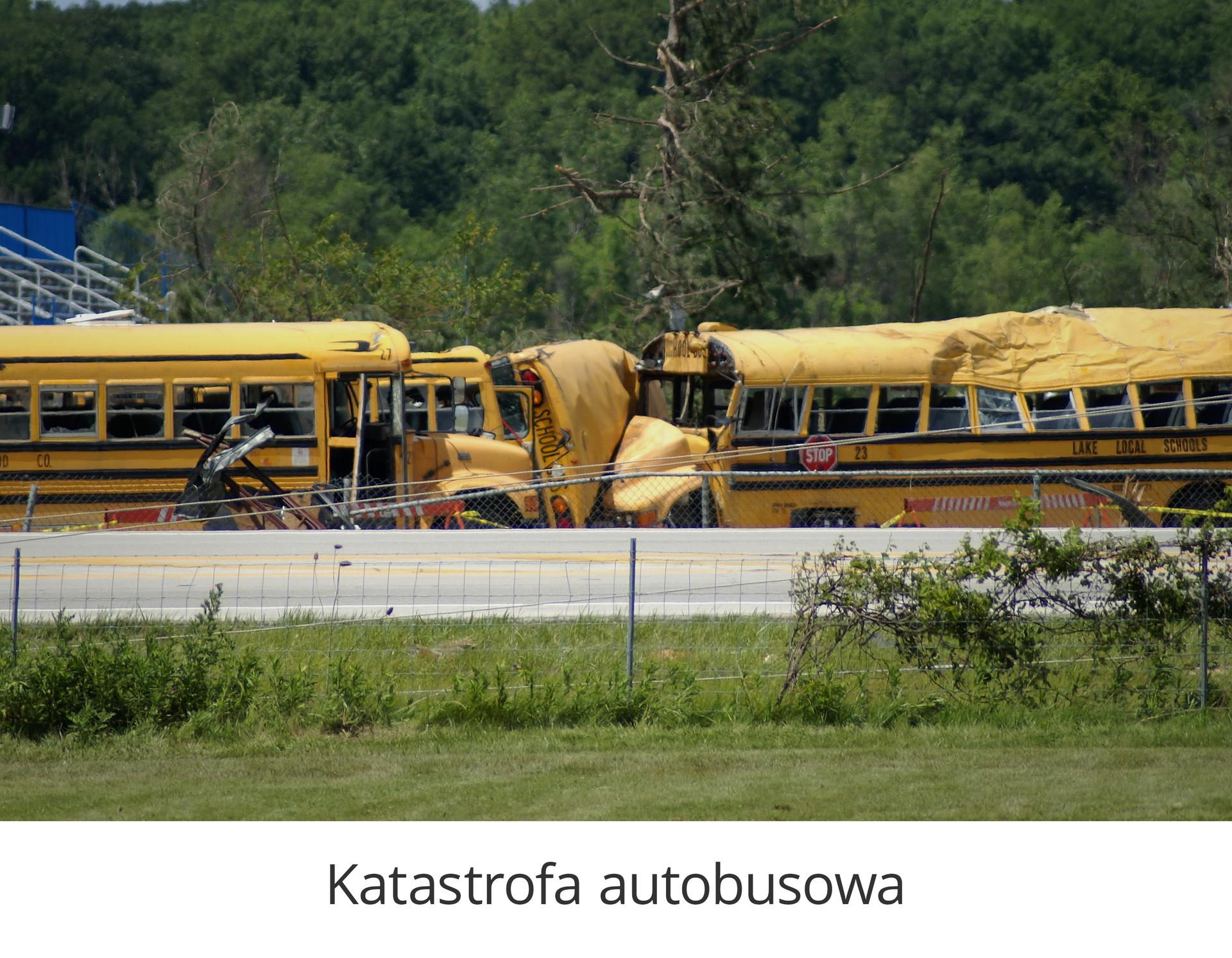 Zdjęcie 1 to katastrofa autobusowa. Słoneczny dzień. Na pierwszym planie kilka żółtych autobusów stojących obok siebie. Przednia część autobusów powyginana zwybitymi oknami. Prawy autobus ma zgnieciony dach oraz bok.