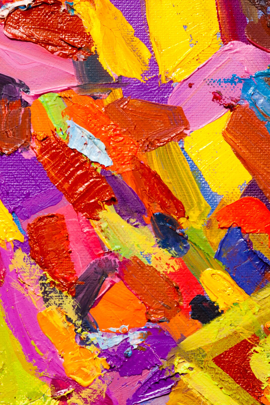 Ilustracja ukazuje fotografię plam barwnych naniesionych pędzlem. Charakteryzują się intensywnością idominacją barw ciepłych.